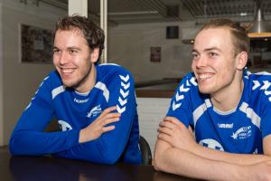 Nick de Knegt (links) komt volgend seizoen uit voor Quintus in de Bene-League; broer René (rechts) blijft bij Hellas Foto: Patrick Dolkens
